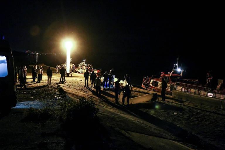Equipe de resgate e investigadores após colisão entre navio de cruzeiro e rebocador no rio Volga