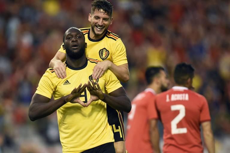 Atacantes belgas Romelu Lukaku (E) e Dries Mertens (D) celebram gol durante amistoso com a Costa Rica