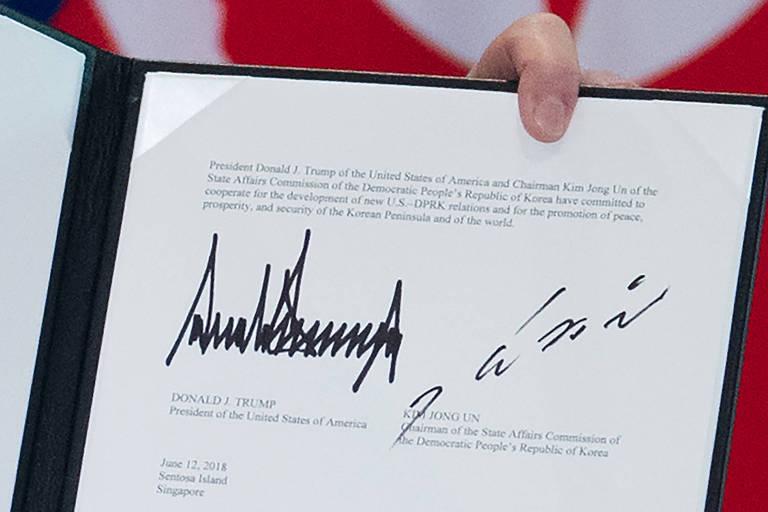 As assinaturas de Donald Trump (à esq.)  de Kim Jong Un em acordo