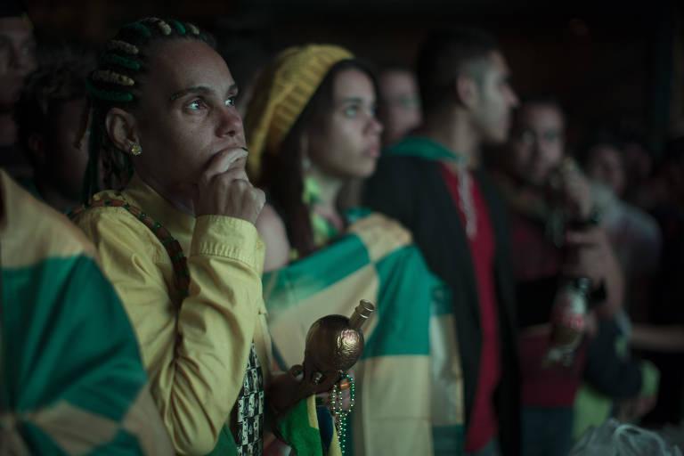 Torcedores assistem a jogo da seleção brasileira em telão montado na Vila Madalena