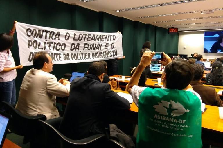 Faixa estendida por servidores da Funai em audiência na Câmara dos Deputados