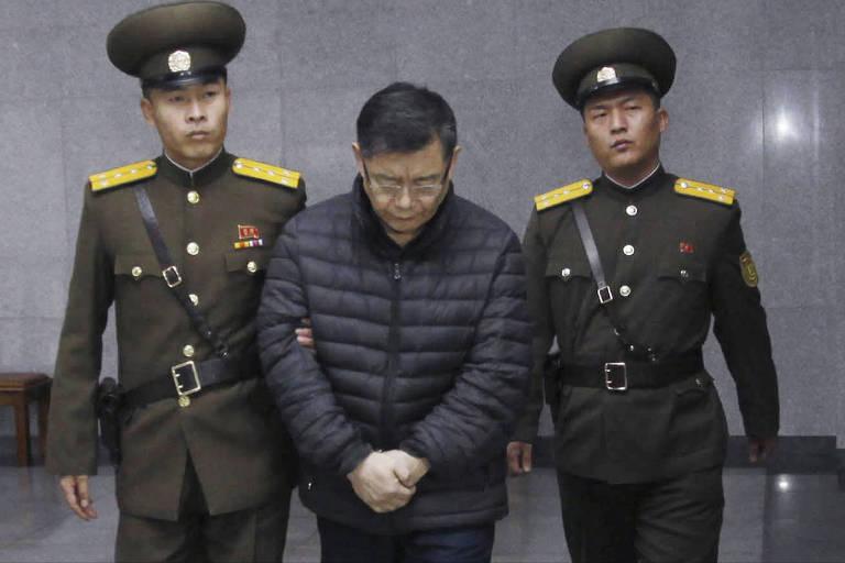 Acusado de 'crimes contra o Estado', pastor canadense é escoltado após ser condenado à prisão perpétua em um campo de trabalhos forçados na Coreia do Norte