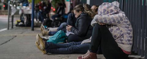 SÃO PAULO, SP, 12.03.2015: FIES-MATRÍCULA - Alunos da FMU, que se inscreveram no Fies, passam a madrugada em frente à faculdade para validar suas matrículas. (Foto: Avener Prado/Folhapress)