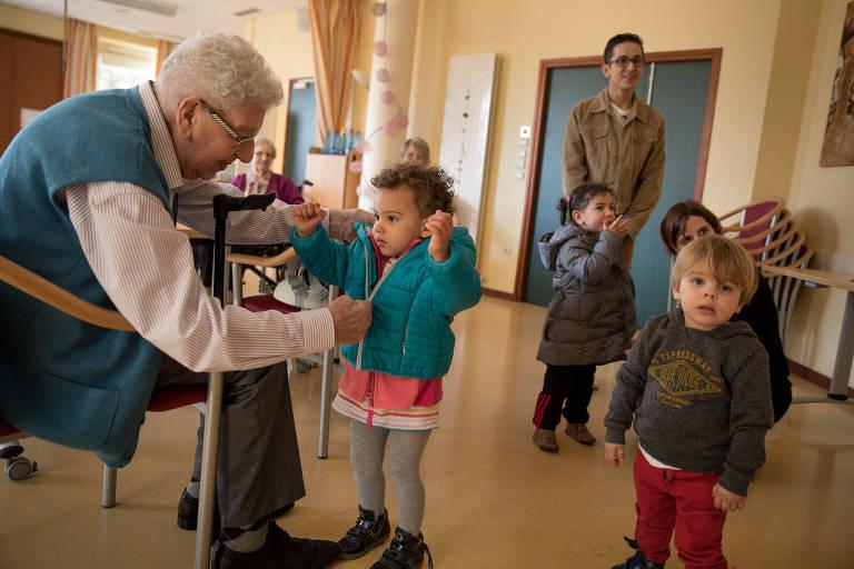Idosos e crianças interagem em residência para os mais velhos