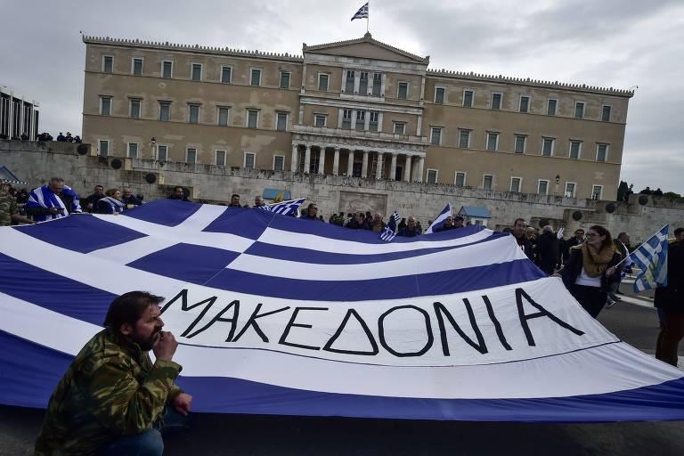 Protesto em Atenas, na Grécia, contra o uso do nome Macedônia pelo país vizinho; os dois países resolveram a questão após anos de disputa