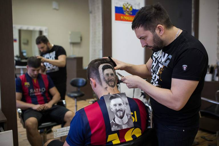 Cabeleireiro desenha Messi e Cristiano Ronaldo em clientes