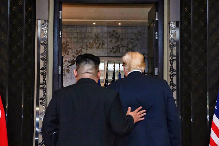 De costas, o ditador norte-coreano, Kim Jong-un (à esquerda), e o presidente americano, Donald Trump, após a assinatura de acordo em Singapura