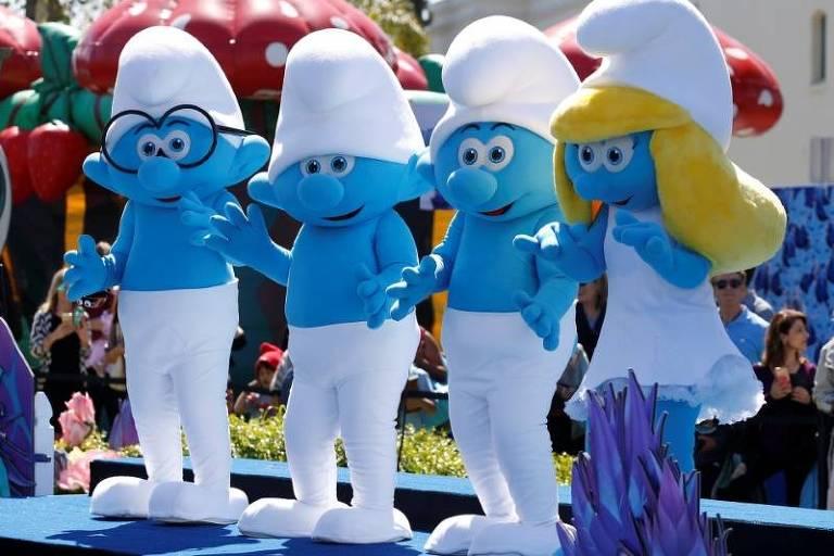 Personagens dos Smurfs em lançamento de filme na Califórnia
