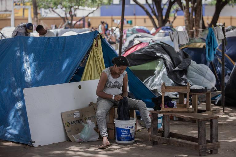 Venezuelanos acampados em praça de Boa Vista, capital do estado de Roraima