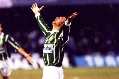 SÃO PAULO, SP, BRASIL, 12-06-1993: Futebol: o jogador Evair da equipe do Palmeiras, comemora um dos gols da vitória do Palmeiras contra a equipe do Corinthians, por 4 a 0, em jogo válido pelo Campeonato Paulista de 1993, no Estádio do Morumbi, em São Paulo (SP). (Foto: Fernando Santos/Folhapress)