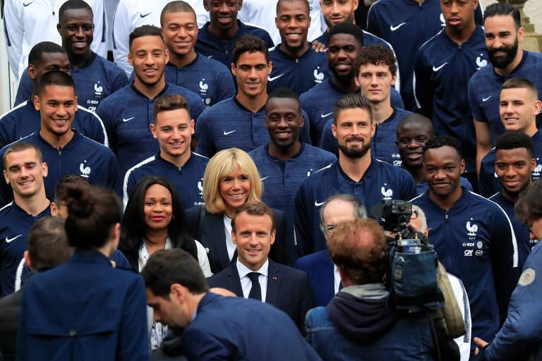 O presidente Emmanuel Macron e a primeira-dama, Brigitte Macron, posam junto a jogadores e comissão técnica da seleção francesa em Clairefontaine, próximo a Paris