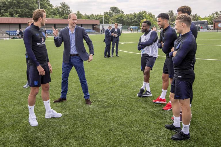 Príncipe William conversa com jogadores da seleção inglesa antes da partida contra a Costa Rica, em Leeds