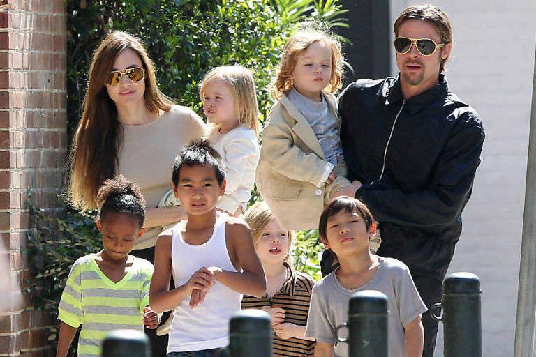 Angelina Jolie e Brad Pitt durante passeio com os filhos antes do divórcio