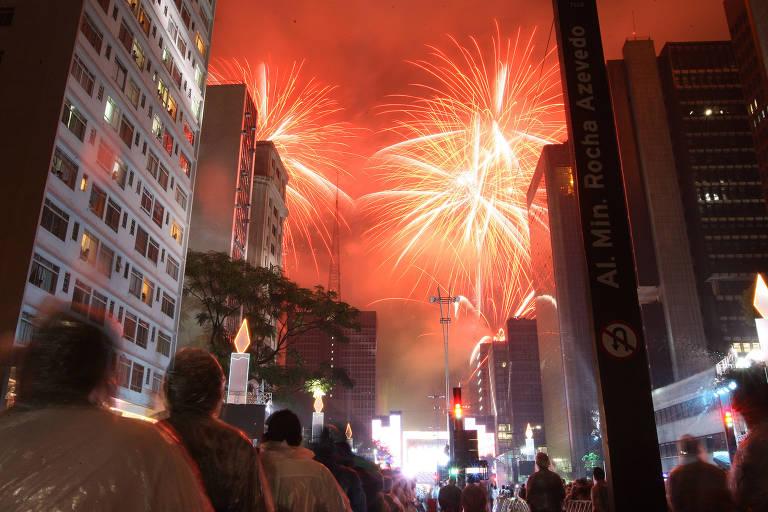 Queima de fogos de artifício na avenida Paulista, em São Paulo, para comemorar a chegada do Ano Novo