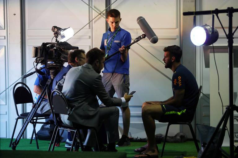 Equipe de TV entrevista o goleiro Alisson, da seleção brasileira, em Sochi