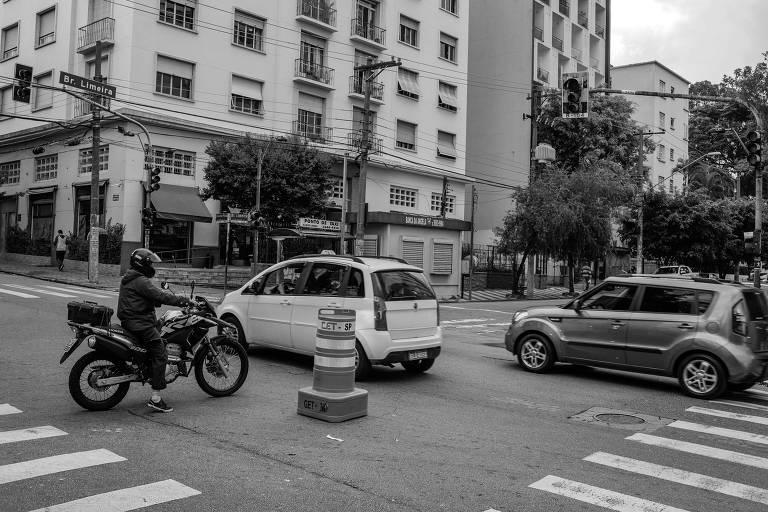 Semáforo quebrado no cruzamento das alamedas Eduardo Prado e Barão de Limeira, em Campos Elíseos, no centro paulistano