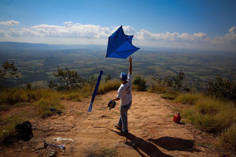 O vigilante Luciano Semeão com sua pipa e uma câmera Gopro, presa por linha. Ele utiliza a invenção, conhecida como drone caipira, para fazer imagens aéreas, no interior de SP