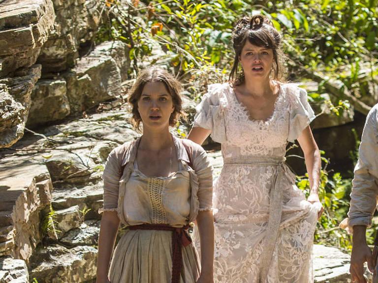 """Elisabeta (Nathalia Dill) e  Ema (Aghata Moreira) em cena de """"Orgulho e Paixão"""""""