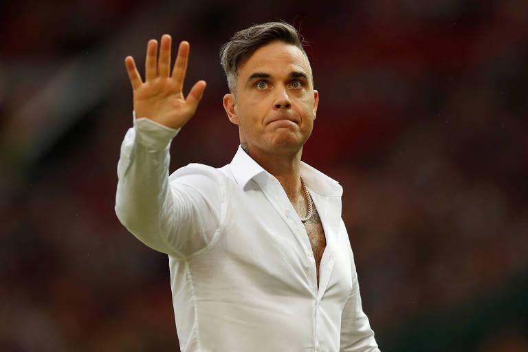 Robbie Williams acena antes de jogo da Inglaterra