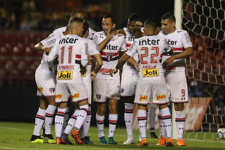 São Paulo derrota Vitória e assume vice-liderança do Brasileiro - 12 ... e0f95d138d75b