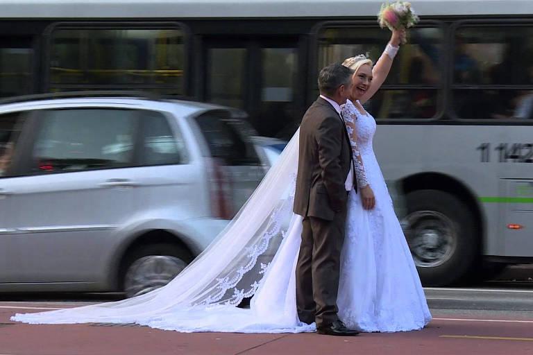 Casal dá volta ao mundo tirando fotos de casamento