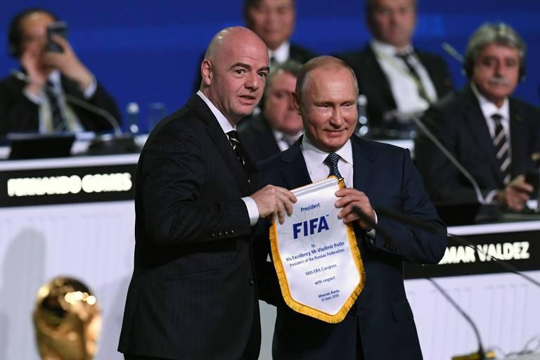 Presidente da Fifia Giani Infantndo (E) e presidente russo Vladimin Putin durante 68º Congresso da Fifa, em Moscou, nesta quarta-feira (13)