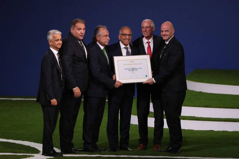 Delegados dos EUA, Canadá e México posam com  presidente da Fifa Gianni Infantino após escolha das sedes da Copa de 2026