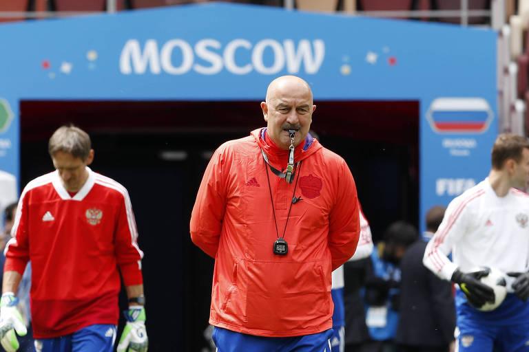 O técnico Stanislav Tchertchesov, da seleção da Rússia, durante treino da equipe