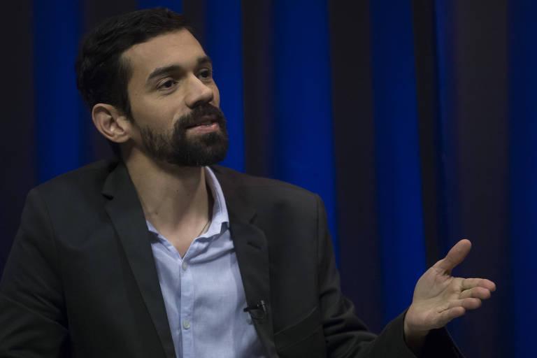 Leonardo Giordano gesticulando durante entrevista