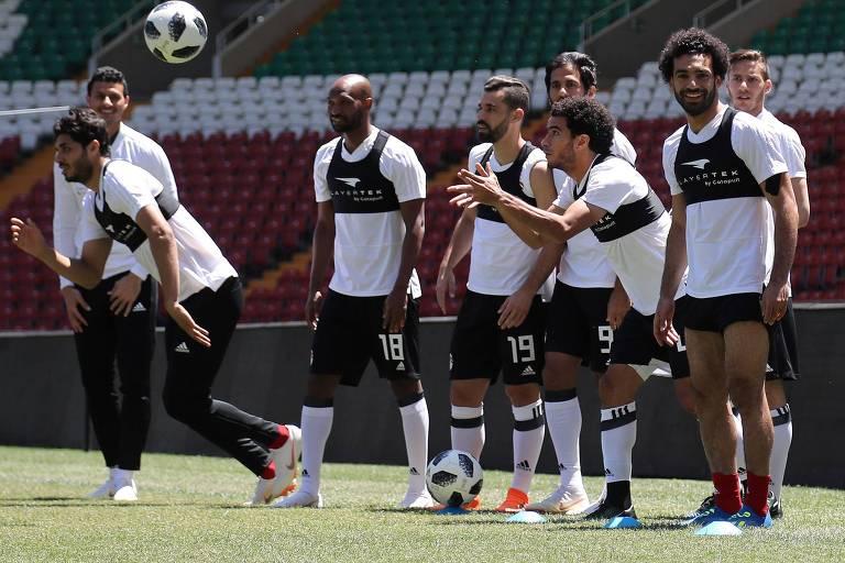 Salah, à dir., de barba, participa de treino da seleção do Egito
