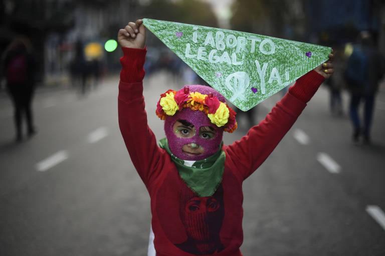 Garota participa de manifestação em Buenos Aires a favor da descriminalização do aborto, no dia 4