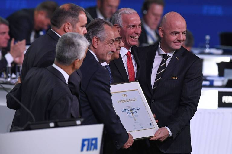 O presidente da Fifa, Gianni Infantino (direita), ao lado dos representantes do Canadá, México e Estados Unidos, cuja candidatura tripla venceu Marrocos na disputa pela sede da Copa de 2026