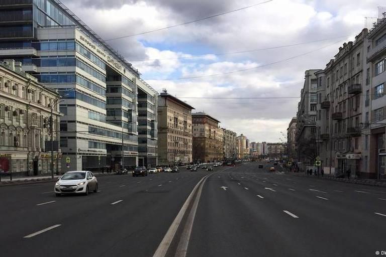 Carro passa em avenida larga em Moscou, na Rússiiiia