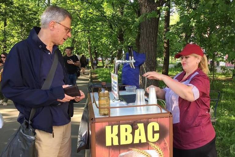 Correspondente da DW em Moscou, Miodrag Soric (e.) recomenda a típica bebida Kvas