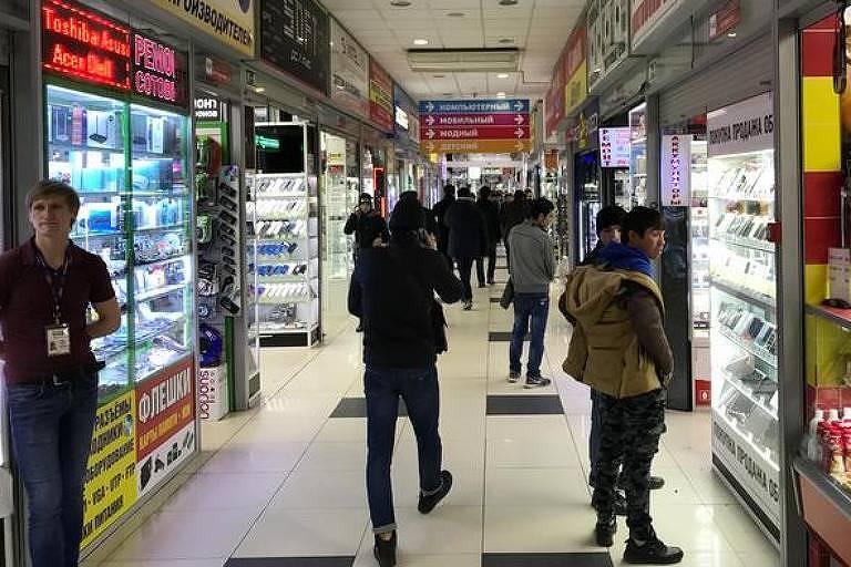 Lojinhas em passagens subterâneas oferecem qualidade melhor do que vendedores de rua