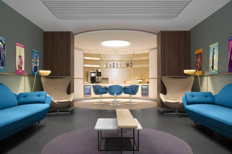 Área de relaxamento, com sofás para sonecas, da Air France, no aeroporto Charles de Gaulle, em Paris Divulgação  Air France