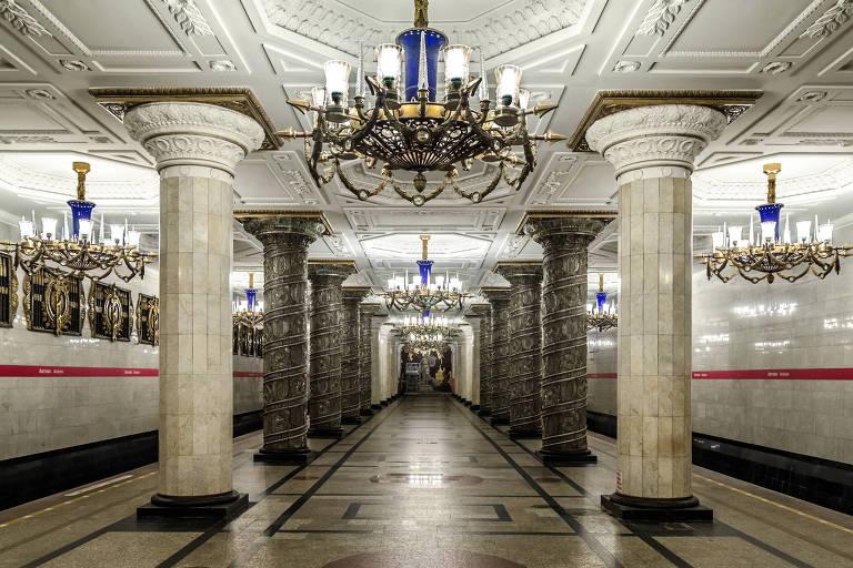 Estação de metrô Avtovo, em São Petersburgo, na Rússia; são 46 colunas, das quais 16 são revestidas de vidro esculpido
