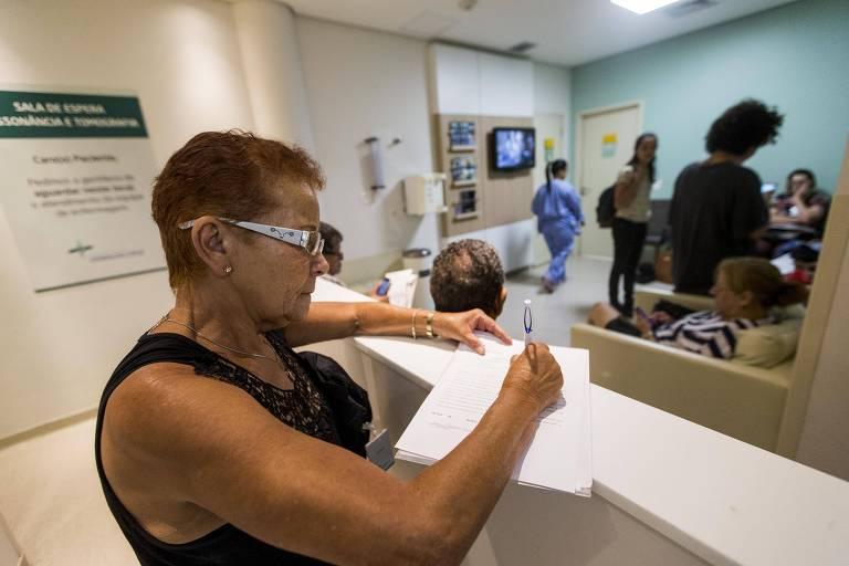 Joana Rocha Felipe, 64, aguarda para ser atendida no Hospital Oswaldo Cruz em São Paulo
