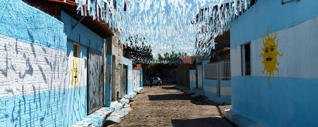 Moradores de Teresina pintam a rua de azul e branco em homenagem à Argentina