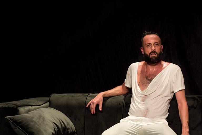O ator Paulo Arcuri em cena do espetáculo 'Insones'