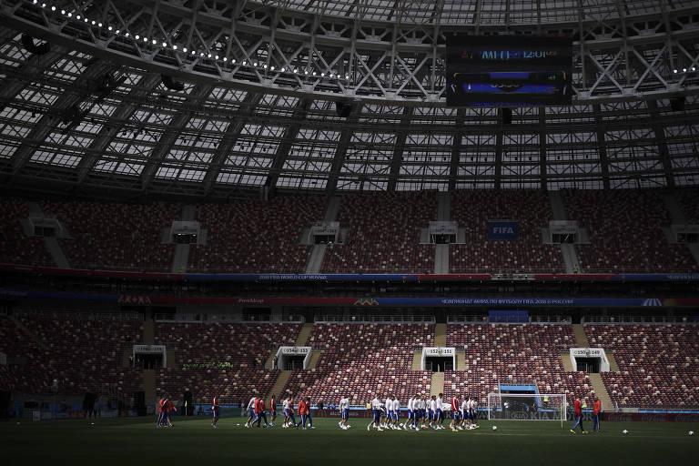 Seleção russa faz aquecimento durante treino no estádio Lujniki, em Moscou, que receberá a abertura do Mundial