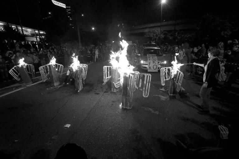 'Catracas' são queimadas em protesto na marginal Pinheiros, em São Paulo, em junho de 2014
