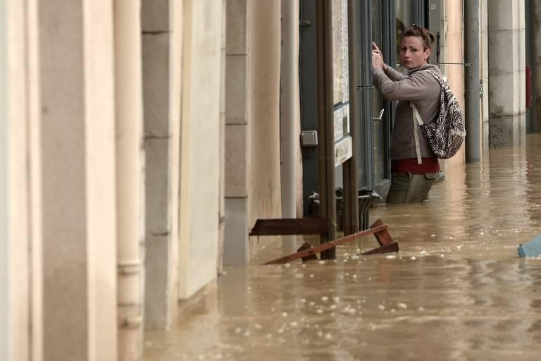 Homem fica em meio a inundação em Salies-de-Bearn, na França