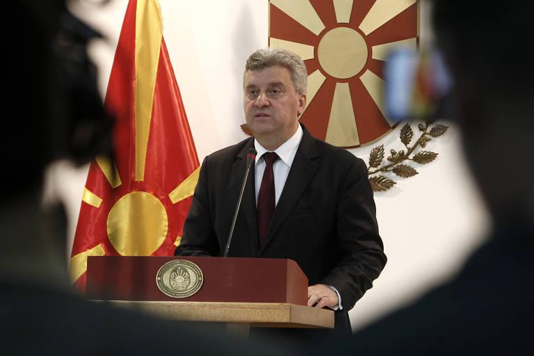 Ivanov aparece falando em um púlpito. Atrás dele o escudo de armas do país e à direita, a bandeira. A imagem possui uma moldura preta provocada pelos espectadores do discurso.