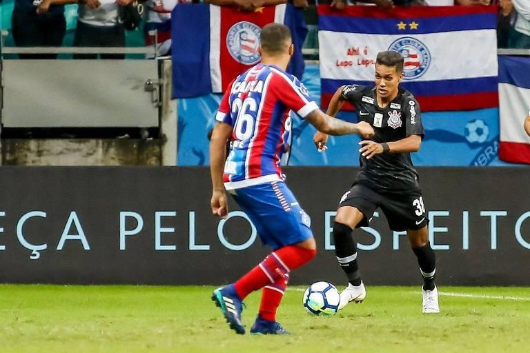 Atacante Pedrinho, do Corinthians, carrega bola em partida contra o Bahia