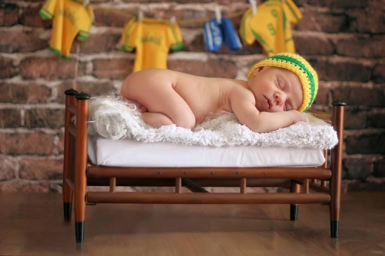 Fotógrafo clicou bebês com objetos, roupinhas e cenários inspirados na Copa do Mundo