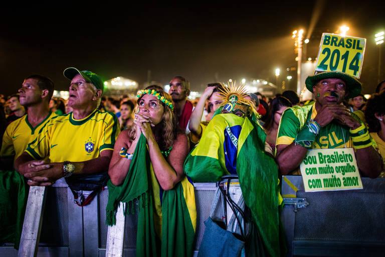 Torcedores brasileiros assistem ao jogo entre Brasil e Holanda no Rio