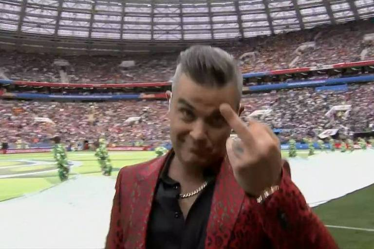 Robbie Williams mostra dedo do meio durante abertura da Copa