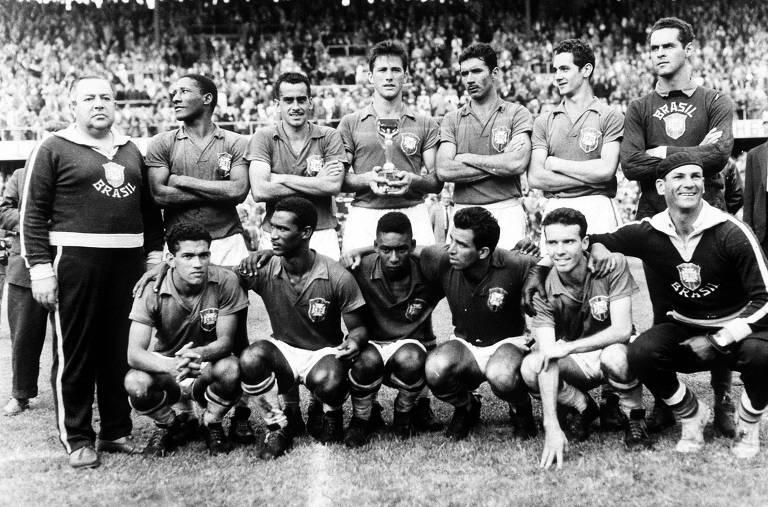 Seleção brasileira antes da final da Copa do Mundo de 1958, em Estocolmo, na Suécia. Pelé é o terceiro agachado, da esquerda para a direita