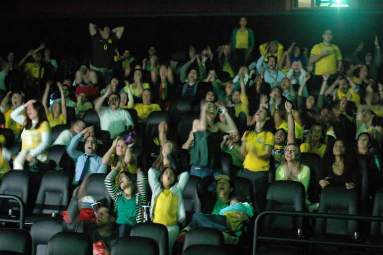 público assiste a jogo do Brasil e comemora dentro de cinema em São Paulo